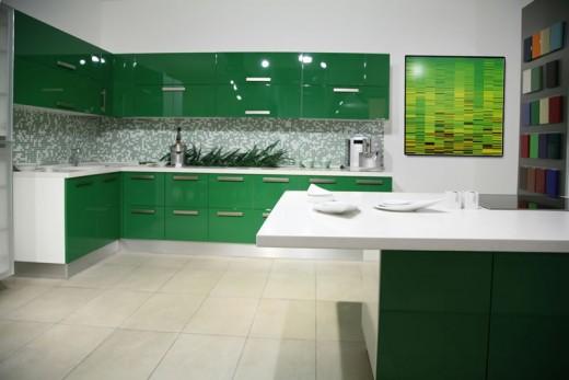 Сочетание зеленого и белого на кухне
