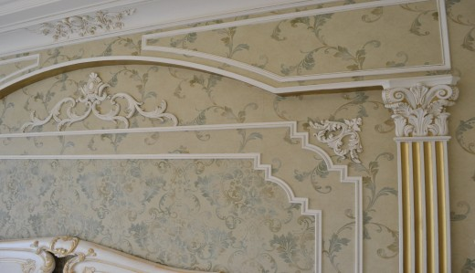 Оформление стены комнаты пилястрами