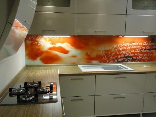 Стеклянные панели на кухне